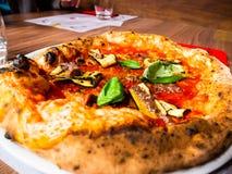 Pizza sabrosa con el tomate y calabacín y anchoas asados a la parrilla imágenes de archivo libres de regalías