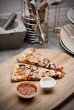 Pizza sabrosa en la cocina Imagen de archivo libre de regalías