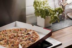 Pizza sabrosa en la cocina Fotos de archivo