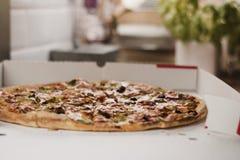 Pizza sabrosa en la cocina Foto de archivo