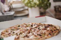 Pizza sabrosa en la cocina Foto de archivo libre de regalías