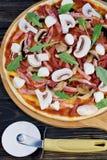 Pizza sabrosa y saborosa en la tabla Pizza hecha en casa apetitosa foto de archivo libre de regalías