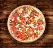 Pizza salami na drewnianym stole Obrazy Royalty Free
