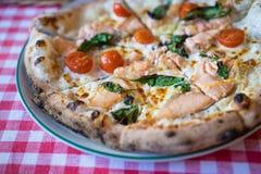 Pizza salmon fresca Fotos de Stock