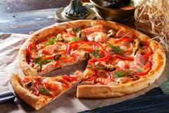 Pizza with salmon mussels, shrimp dill, close-up, sweet pepper Stock Photography