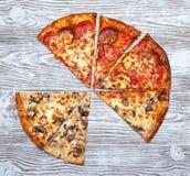 Pizza sans deux morceaux, champignon végétarien et viande photographie stock libre de droits