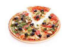 Pizza saporita con le olive isolate immagine stock