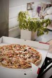 Pizza saporita nella cucina Fotografia Stock Libera da Diritti