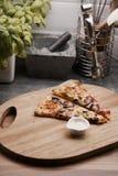 Pizza saporita nella cucina Immagini Stock