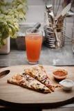 Pizza saporita nella cucina Immagini Stock Libere da Diritti