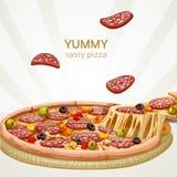 Pizza saporita squisita con la salsiccia Immagini Stock Libere da Diritti