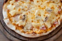 Pizza saporita sul vassoio di legno Immagini Stock Libere da Diritti