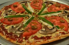 Pizza saudável do vegetariano com tomate e cogumelos imagem de stock