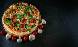 Pizza savoureuse avec des fusées photo stock