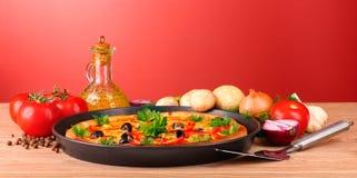 Pizza savoureuse avec des olives et des légumes sur la table Images libres de droits