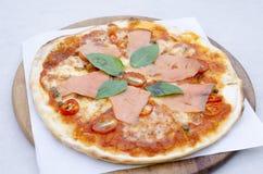 Pizza savoureuse avec des saumons Photographie stock libre de droits