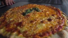 Pizza savoureuse chaude, droite du four banque de vidéos