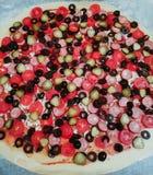Pizza savoureuse délicieuse avec les tomates, le fromage, et les olives à la pâte croustillante mince photographie stock