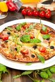 Pizza savoureuse sur la table en bois, vue supérieure photographie stock