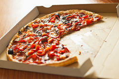 Pizza in scatola di cartone aperta Fotografia Stock
