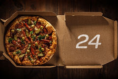 Pizza 24 in in scatola di consegna Immagini Stock Libere da Diritti
