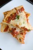 Pizza-Scheiben gestapelt auf einer Platte Stockfotos