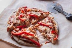 Pizza schneidet bereites zum Dienen stockbilder