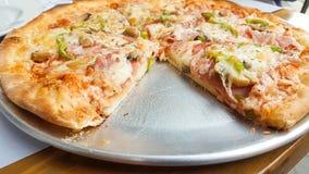 Pizza senza una fetta Immagine Stock
