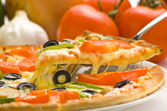 pizza serowy świeży domowej roboty pieczarkowy oliwny pomidor Zdjęcie Stock
