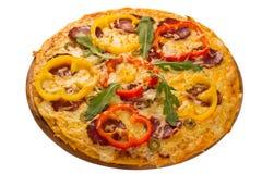 Pizza servida en la placa de madera fotos de archivo