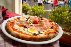 Pizza servida en un restaurante en Roma foto de archivo libre de regalías