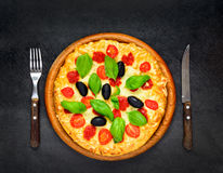 Pizza servita su fondo scuro Fotografia Stock Libera da Diritti