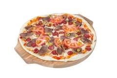 Pizza siciliana su un tagliere rotondo isolato su fondo bianco immagine stock