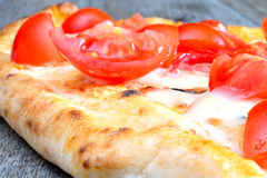 Pizza with sliced tomatoes Royalty Free Stock Images
