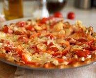 Pizza som är hemlagad med ost Royaltyfri Bild