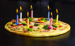 Pizza som är idérik med stearinljus Royaltyfri Foto