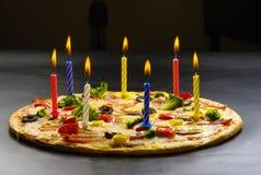 Pizza som är idérik med stearinljus Royaltyfri Bild