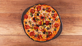 Pizza som är klar att äta - nytt bakad bästa sikt av den stekheta pannan Arkivbild
