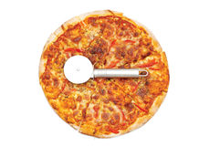 Pizza som isoleras på whiten Arkivfoton
