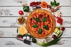 Pizza som omges med nya grönsaker Arkivbilder