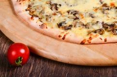 Pizza sottile con i funghi ed il formaggio immagine stock