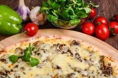 Pizza sottile con i funghi ed il formaggio fotografia stock