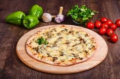 Pizza sottile con i funghi ed il formaggio fotografie stock