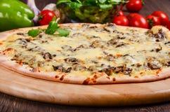 Pizza sottile con i funghi ed il formaggio fotografie stock libere da diritti