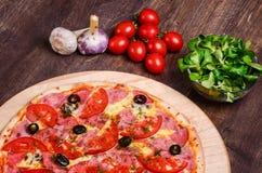 Pizza sottile con il prosciutto ed i pomodori immagine stock libera da diritti
