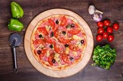 Pizza sottile con il prosciutto ed i pomodori immagini stock libere da diritti