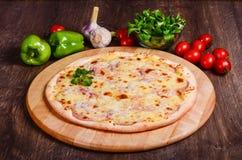 Pizza sottile con il prosciutto sotto formaggio fotografia stock libera da diritti