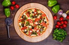 Pizza sottile con le verdure Pizza vegetariana fotografie stock libere da diritti