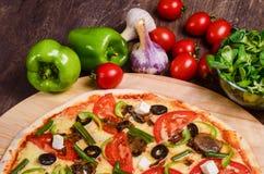 Pizza sottile con le verdure Pizza vegetariana immagini stock libere da diritti