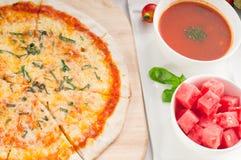 Pizza sottile originale italiana della crosta Immagine Stock